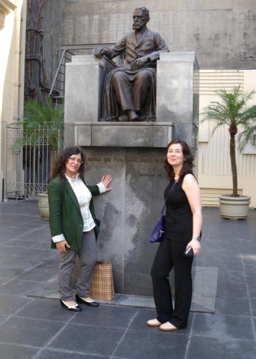 Concha Rousia e Isabel Rei ao pé da estátua de Machado de Assis, na entrada da ABL